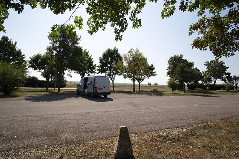 시골 마을 주차장