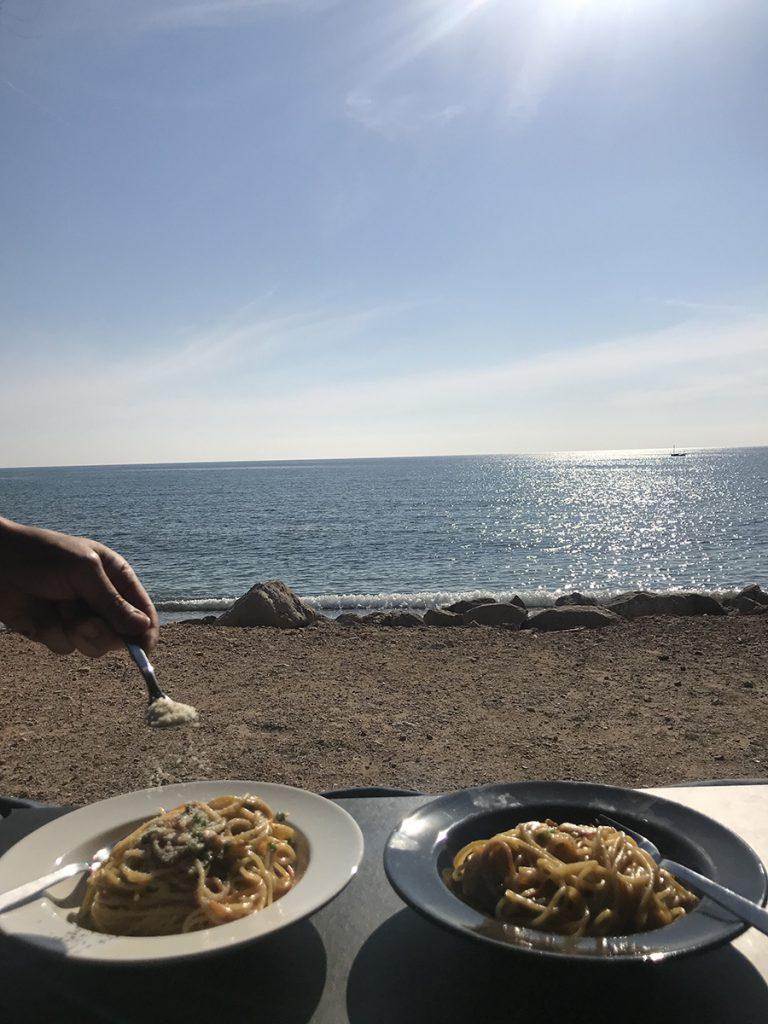 해변가 앞에서의 평범한 식사